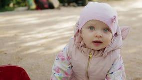 Bambina che cammina sul campo da giuoco video d archivio