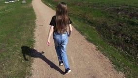 Bambina che cammina sul percorso del parco di mattina stock footage