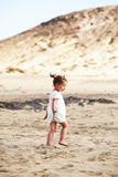 Bambina che cammina sulla spiaggia Immagini Stock Libere da Diritti