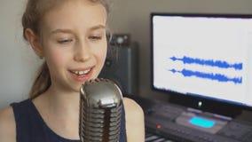 Bambina che canta una canzone stock footage