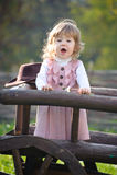 Bambina che canta vicino alla rete fissa di legno Immagini Stock