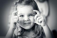 Bambina che cattura una maschera fotografie stock