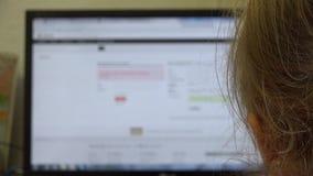 Bambina che cerca in Internet sul PC 4K UltraHD, UHD video d archivio