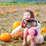 Bambina che coltiva sulla toppa della zucca Fotografia Stock Libera da Diritti