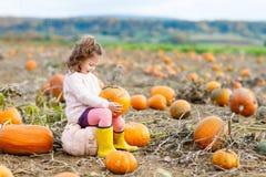 Bambina che coltiva sulla toppa della zucca Immagine Stock Libera da Diritti