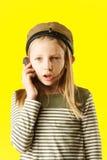 Bambina che comunica dal telefono Fotografia Stock Libera da Diritti