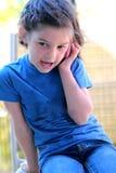 Bambina che comunica sul telefono delle cellule Fotografia Stock