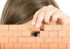 Bambina che costruisce una parete Fotografia Stock Libera da Diritti