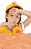 Bambina che costruisce una parete Immagine Stock