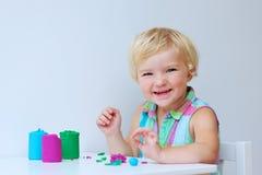 Bambina che crea con il composto di modellistica Fotografia Stock