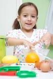 Bambina che cucina nella cucina Fotografia Stock