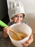 Bambina che cucina nella cucina Immagine Stock Libera da Diritti