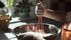 Bambina che cucina pasta stock footage