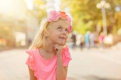 Bambina che daydreaming Fotografie Stock Libere da Diritti