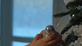 Bambina che decora l'albero di Natale stock footage