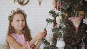 Bambina che decora un albero di Natale stock footage
