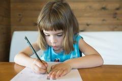 Bambina che disegna un diritto Fotografia Stock Libera da Diritti