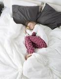 Bambina che dorme con l'orso dell'orsacchiotto Fotografie Stock Libere da Diritti