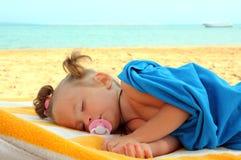 Bambina che dorme sulla spiaggia Fotografia Stock Libera da Diritti