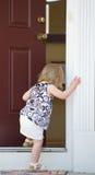 Bambina che entra in casa immagini stock libere da diritti