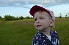 Bambina che esamina con l'interesse la distanza fotografia stock