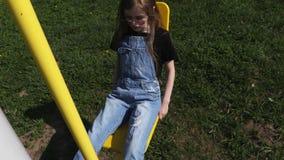 Bambina che fa gli esercizi per le gambe archivi video