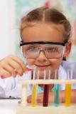 Bambina che fa gli esperimenti di base di chimica Fotografia Stock