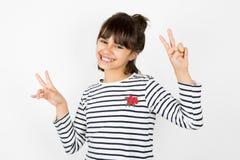 Bambina che fa il segno di vittoria con le dita Immagini Stock Libere da Diritti