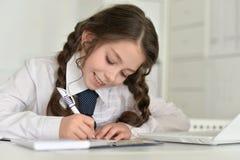 Bambina che fa lavoro Immagini Stock