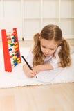 Bambina che fa le esercitazioni semplici di per la matematica Fotografia Stock