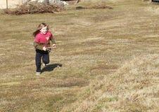 Bambina che funziona con uno sling-shot Fotografia Stock Libera da Diritti