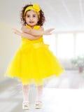 Bambina che gesturing con le mani Fotografia Stock