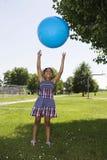 Bambina che getta sulla sfera Fotografia Stock