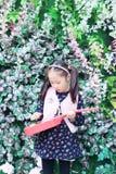Bambina che gioca chitarra Fotografia Stock