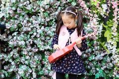 Bambina che gioca chitarra Immagini Stock