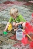 Bambina che gioca con acqua fotografia stock libera da diritti