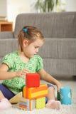 Bambina che gioca con i blocchetti del giocattolo Fotografie Stock