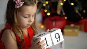 Bambina che gioca con i blocchi stock footage