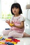 Bambina che gioca con i blocchi Immagini Stock Libere da Diritti