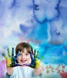 Bambina che gioca con i colori Immagine Stock