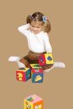 Bambina che gioca con i cubi Fotografia Stock