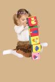 Bambina che gioca con i cubi Immagini Stock Libere da Diritti