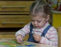 Bambina che gioca con il conteggio dei bastoni sull'aritmetica immagini stock