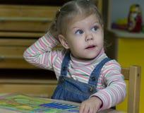 Bambina che gioca con il conteggio dei bastoni sull'aritmetica fotografie stock