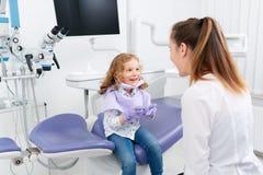 Bambina che gioca con il dentista fotografie stock libere da diritti