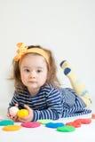 Bambina che gioca con il plasticine colorato isolato sui precedenti bianchi fotografia stock libera da diritti