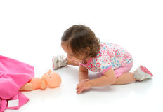 Bambina che gioca con il suo bambino Fotografia Stock Libera da Diritti
