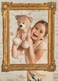 Bambina che gioca con l'orso di orsacchiotto Fotografie Stock Libere da Diritti