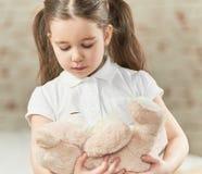 Bambina che gioca con l'orso di orsacchiotto Immagini Stock