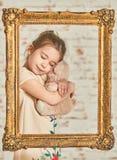 Bambina che gioca con l'orso di orsacchiotto Immagini Stock Libere da Diritti